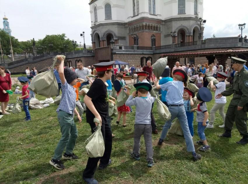 Казачий дозор провел игры для детей на православной ярмарке